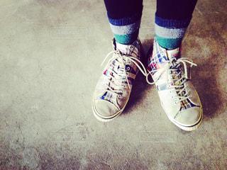 青と白の靴を履いて足のペアの写真・画像素材[713117]