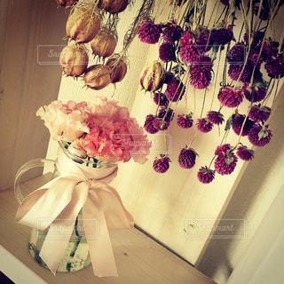 テーブルの上の花の花瓶の写真・画像素材[714095]