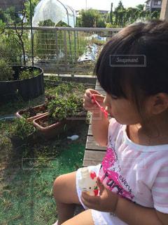シャボン玉をしている女の子の写真・画像素材[713272]