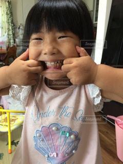 変顔している女の子の写真・画像素材[713547]