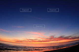 水面に沈む夕日の写真・画像素材[714857]