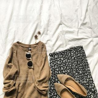ベッドの上で撮った洋服のコーディネイトの写真・画像素材[713236]