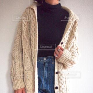 セーターを着ている人の写真・画像素材[896732]