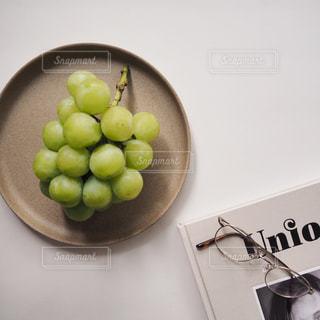テーブルの上にあるマスカットの写真・画像素材[2414390]