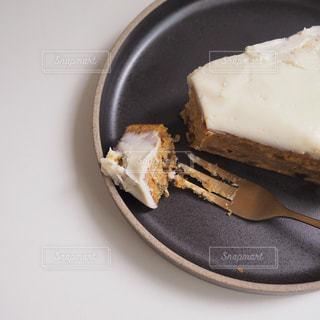 皿の上のケーキの写真・画像素材[2806201]