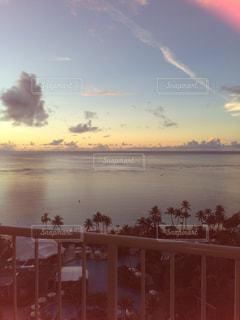 水の体に沈む夕日の写真・画像素材[713391]