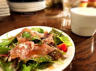 近くのテーブルの上に食べ物のプレートの写真・画像素材[714319]