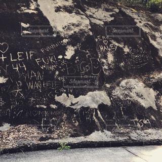 キャンプ場の近くのコンクリート壁に皆んなのメッセージ - No.722832