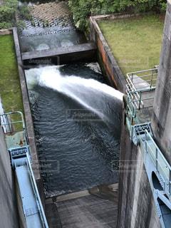 ダムの放水の写真・画像素材[1306129]