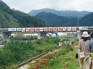 背景の山と電車の中で人々 のグループを追跡します。の写真・画像素材[746113]