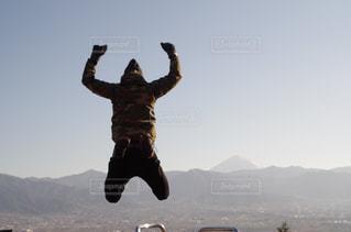 山でジャンプの写真・画像素材[716806]