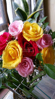 テーブルの上に花瓶の花の花束の写真・画像素材[715213]