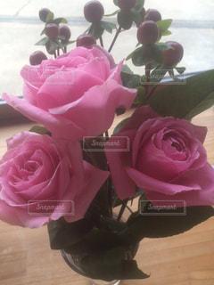 テーブルの上のピンクの花の花束の写真・画像素材[715215]