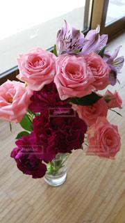 テーブルの上に花瓶の花の花束の写真・画像素材[715313]