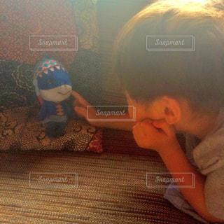 ソファに座っている小さな男の子の写真・画像素材[716509]
