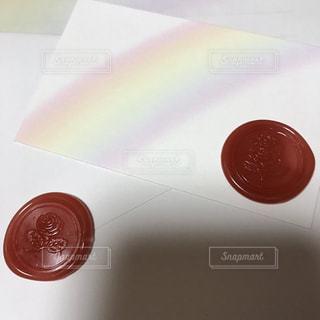 テーブルの上の赤い本の写真・画像素材[723920]