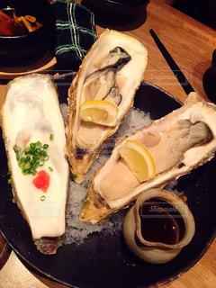 テーブルの上の生牡蠣の写真・画像素材[2293210]