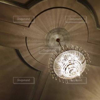 天井からぶら下がっているシャンデリア - No.716046