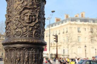 パリの通りにある柱の写真・画像素材[716471]