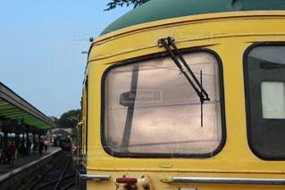 黄色の電車が駅に駐車 - No.717063