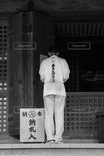 建物の前に立っている男の写真・画像素材[722200]