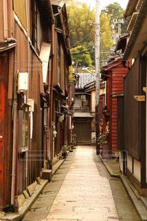 建物の前に狭い通りの写真・画像素材[722201]