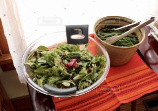 テーブルの上に食べ物のボウルの写真・画像素材[723302]