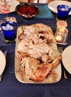 テーブルの上に食べ物のプレート - No.723304
