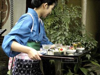 配膳を準備する女中さんの写真・画像素材[725859]