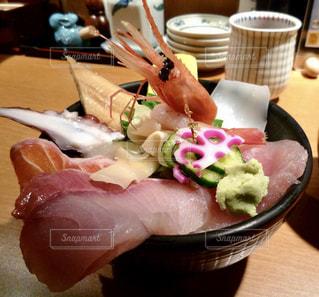 テーブルの上に食べ物のプレートの写真・画像素材[732284]