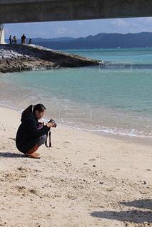 砂浜の上に立っている人 - No.739028