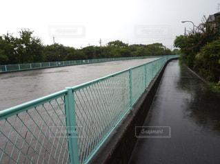 フェンスを流れる川の写真・画像素材[752194]