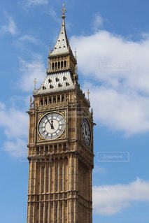 街にそびえる大きな時計塔の写真・画像素材[752234]