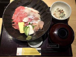 テーブルの上に食べ物のボウルの写真・画像素材[818207]