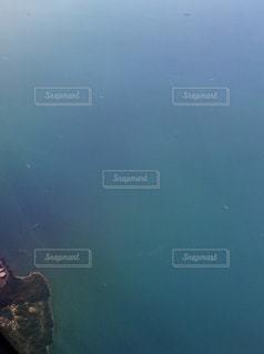 水の体の横に立っている人 - No.894247