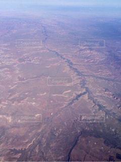 大型航空機を空中に高く飛ぶの写真・画像素材[894248]