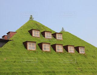 大規模なれんが造りの建物と緑の草の写真・画像素材[946885]