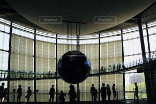 大きな窓の横に立っている人々 のグループの写真・画像素材[993830]