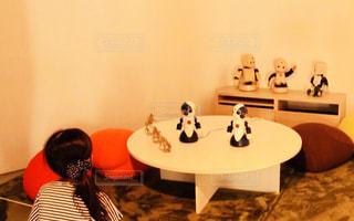 ロボットと対話する女の子の写真・画像素材[994486]