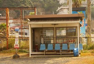 夕方のバス停の写真・画像素材[1009590]