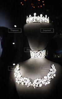 煌びやかなネックレスとティアラの写真・画像素材[1019288]