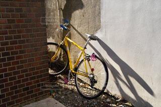 自転車は建物の脇に駐車 - No.1084140