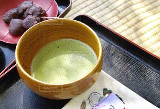 畳の上の和菓子と抹茶の写真・画像素材[1086493]