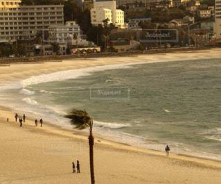 砂浜を歩いている人のグループの写真・画像素材[1089829]