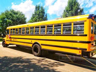 黄色のスクールバスを駐車場に駐車の写真・画像素材[1161907]