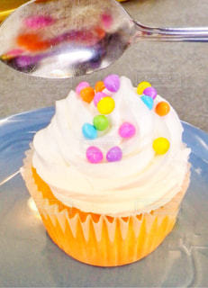 カラフルチョコののったカップケーキの写真・画像素材[1166368]