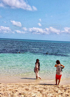 ビーチで記念撮影する女性2人の写真・画像素材[1188926]
