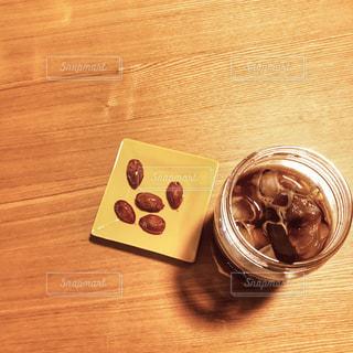 アイスコーヒーとナッツの俯瞰ショットの写真・画像素材[1396060]