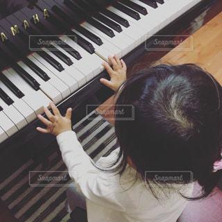 子どもとピアノの写真・画像素材[716880]