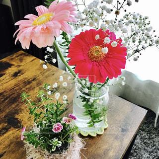 テーブルの上の花の花瓶 - No.715819